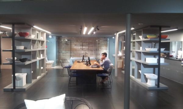 Diseño y asesoramiento de Iluminación por Carolina Levy en Barugel Azulay Recoleta. Una empresa prestigiosa que decidió re-modelar todos sus locales y nos hizo participe de ellas.  El Diseño de Iluminación pensado para la visibilidad del cliente y los productos. Iluminación direccionada, puntual, lineal y en mobiliario.